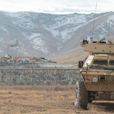 Afganistanissa kiristettiin turvatoimia Ghaznissa sijaitsevan tukikohdan liepeillä sen jälkeen kun kymmeiä ihmisiä kuoli itsemurhaiskussa 29. marraskuuta 2020.