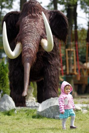 Lapsi kävelee Mammutin edessä; POLAND DREAM PARK