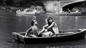 Woody Allen ja Diane Keaton soutelemassa New Yorkin Central Parkin lammella. Kuva elokuvasta Manhattan