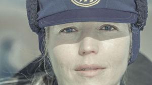Linda Zilliacus som polisen Laura Nord i andra säsongen av Tjockare än vatten.
