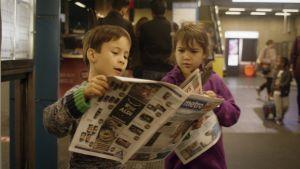 Aatos och Flo läser tidningar. Stillbild ur dokumentären Aatos ja Amine.