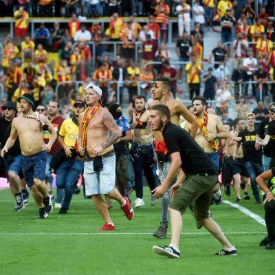 Lensin kannattajat ryntäsivät kentälle.