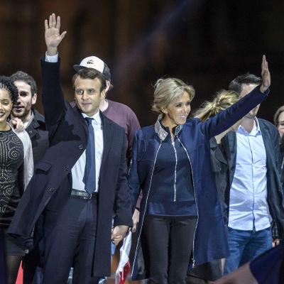 Emmanuel Macron och hans hustru Brigitte Trogneux under valkvällen.