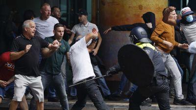Kravallpolis och demonstranter drabbade samman i Haag, i samband med protester mot coronarestriktionerna.