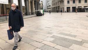 Milanon keskustan kävelykadulla, Corso Vittorio Emanuelella oli maanantaina autiota.
