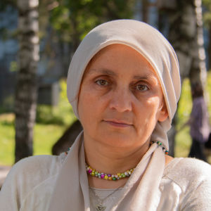 Lääkäri Nemam Ghafouri haastattelussa Yleisradion pihamaalla.
