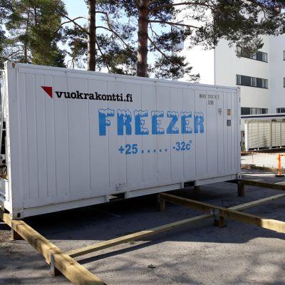 Kylmäkontti on asennettu Pohjois-Karjalan keskussairaalan pihalle.