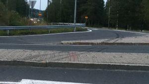 Spår i asfalten efter olyckan.