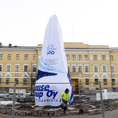 En icke avtäckt staty på Kaserntorget i Helsingfors.