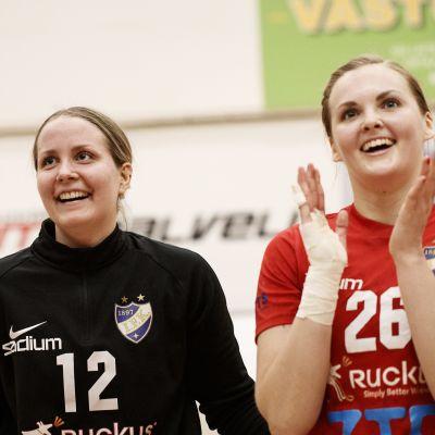 HIFK-målvakten Roosa Niemi firar seger tillsammans med Petra Gostowski (tv) och Iida Väyrynen (th).