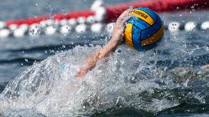 vedestä tuleva käsi koskettaa palloa.
