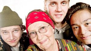 Räp-mummo Eila Nevanranta (pojat ympärilllä Miikka, Arttu ja Cliff eivät ole mukana itse ohjelmassa)