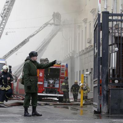 Ryska brandmän vid brand i försvarsministeriets byggnad.