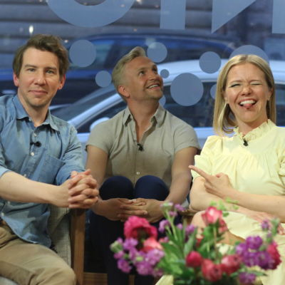 Skådespelaren Aku Hirviniemi sitter med sin sambo programledaren Sonja Kailassaari och hennes kollega Janne Grönroos i Efter Nios studio.