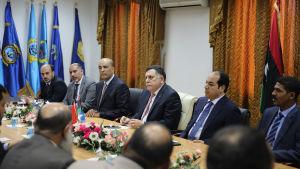Den tilltänkte premiärministern Fayel al-Sarraj ( i mitten) har anlänt till en flottbas i Tripoli med sina nya nationella enhetsregering som stöds av FN och omvärlden