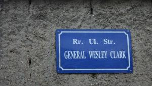 General Wesley Clarks gata i Peja i Kosovo.