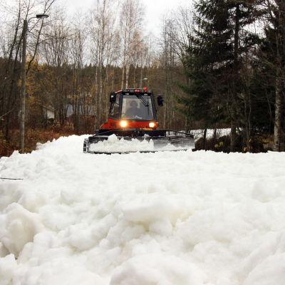 Latukone tasoittaa lunta Mikkelissä 24.10.2019.