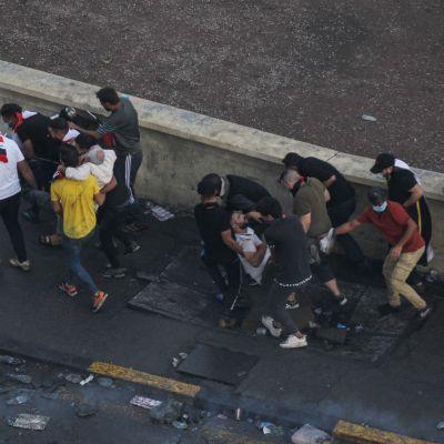 Människor bär på skadade.