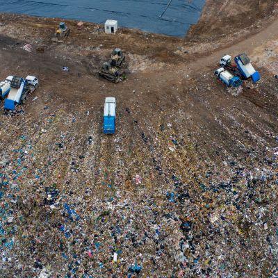 Kiinassa lähellä Xi'anin kaupunkia sijaitsevalla kaatopaikalla lajiteltiin ja haudattiin keittiöjätettä elokuussa 2019.