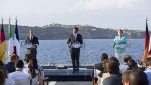 Italiens premiärminister Matteo Renzi (i mitten) bjöd förbundskansler Angela Merkel och president Francois Hollande på middag på hangarfartyget Garibaldi