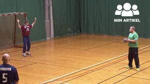 Man i grön skjorta som kastar handboll.