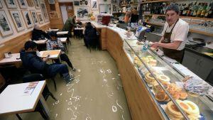Översvämmat bageri i Venedig.