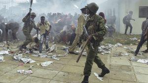 Kravallpolis i Nairobi.