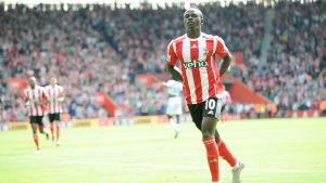 Sadio Mané firar ett mål för Southampton.