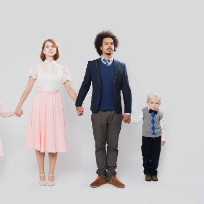 Mies ja nainen kahden lapsen kanssa