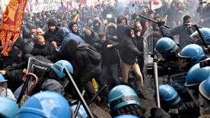 Polisen ingriper mot demonstranter i Florens.