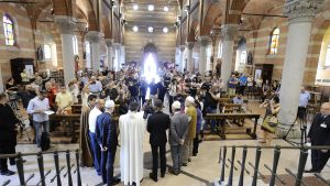 Både muslimer och kristna deltog i gudstjänsten i Santa Maria Caravaggio kyrkan i Milano i söndags för att hedra den mördade prästen.
