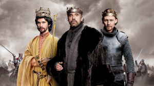 Kuninkaat Rikhard II (Ben Whishaw), Henrik IV (Jeremy Irons) ja Henrik V (Tom Hiddleston)