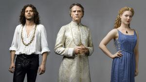 Pyhä perhe: Cesare Borgia (Francois Arnaud), Rodrigo Borgia (Jeremy Irons) ja Lucrezia Borgia (Holliday Grainger).