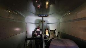 Rauno Ahonen, Satu Tuuli Karhu ja Feija-hevonen trailerissa äänittämässä Toivon yötä.