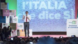 Premiärminister Matteo Renzi talar på ett valmöte i Matera, Italien