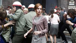 Tatiana Pauhofová esittää pääosaa draamasarjassa Palava pensas, ohjaus Agnieszka Holland.