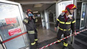 Brandmän på plats efter att en brand bröt ut på flygplatsen Fiumicino i Rom.