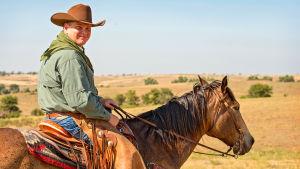 Ray Mears hevosen selässä
