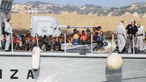 Italienska kustbevakningen räddade migranter som stiger i land på Sicilien 12.4.2015.