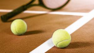 Tennismaila ja tennispallot kentällä