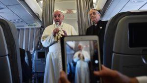 Påven Franciskus på ett plan på väg till Sarajevo 6.6.2015.