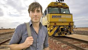 Simon Reeve matkustaa Australian halki junalla