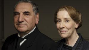 hovimestari Carson (Jim Carter) ja rouva Hughes (Phyllis Logan)