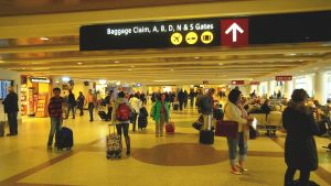Ihmisiä lentokentällä