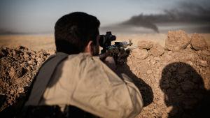 Tarkka-ampuja tähtää kohdetta horisontissa