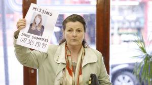 Brenda Blethynin esittämä äiti lähtee Lontoon terrori-iskujen jälkeen etsimään tytärtään. Yle kuvapalvelu.