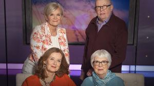 Kuvassa Inhimillisen tekijän Anne Flinkkilä, valokuvaaja Leena Louhivaara, ohjaaja Marja Mosander ja apteekkari Mauno Turunen.