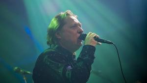 Heikki Salo laulaa studiossa