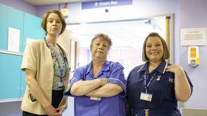 Kuvassa Naistenosasto B4:n Dr Pippa Moore (Vicki Pepperdine), Nurse Kim Wilde (Jo Brand) ja Sister Den Flixter (Joanna Scanlan)