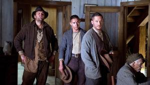 Forrest Howard Bondurant (Jason Clarke), Jack Bondurant (Shia LaBeouf) ja Forrest Bondurant (Tom Hardy) elokuvassa Laittomat